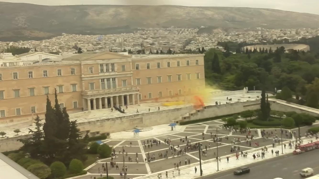 Από την διαμαρτυρία μελών του «Ρουβίκωνα» με μπογιές στο προαύλιο της Βουλής