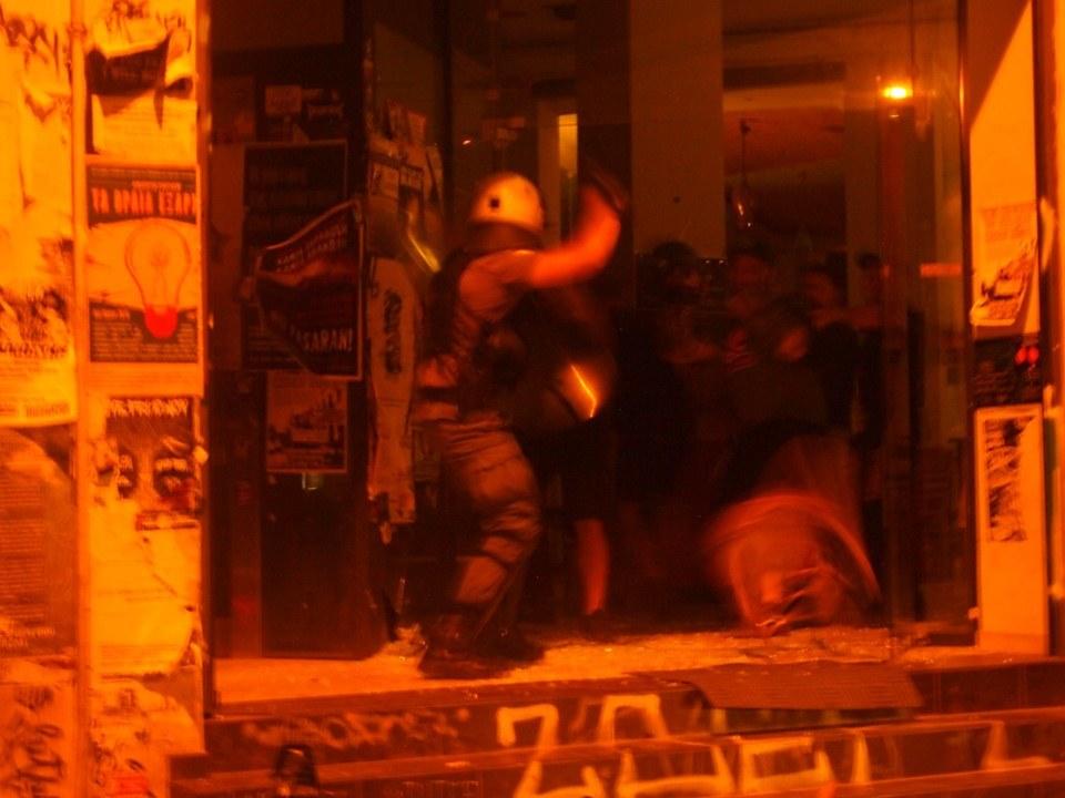 Αστυνομικοί των ΥΑΤ σπάνε την είσοδο του Κ*ΒΟΞ